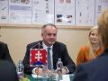 Andrej Kiska (v strede) počas stretnutia s vedením a so študentmi Strednej zdravotníckej školy.