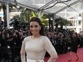 Eva Longoria sa počas slávnostnej časti predviedla vo svetlej róbe.