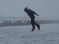Muž na VIDEU sa postavil prírodnému živlu: Pozrite sa, ako boj s orkánom dopadol!