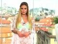 Erika Judínyová v háčkovaných šatách, spod ktorých jej presvitala bielizeň.