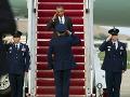 Stíhačka preletela tesne nad hlavou Obamu: Potom sa zrútila, pilot sa katapultoval