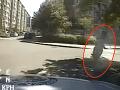 VIDEO Zbesilej jazdy ulicami Prahy: Mladík (18) ukázal nevídaný motokros, s policajtmi v pätách!