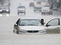 Britániu sužujú záplavy spôsobené intenzívnym dažďom: Voda zaplavila ulice až do výšky jedného metra