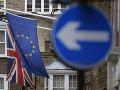 Na fotografii sú vlajky Európskej únie a vlajka Británie na budove Európskeho domu v Londýne.