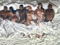 Zľava - Kanye West, jeho manželka Kim Kardashian, jej exmilenec Ray J (ktorý vypustil do sveta ich sexvideo), Westova exmilenka Amber Rose (ktorá si s Kim nevedela prísť na meno), preoperovaný športovec Caitlyn Jenner (otčim Kim Kardashian) a komik Bill Cosby (čelil obvineniam, že viaceré ženy zdrogoval a sexuálne zneužil).