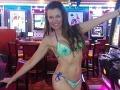 Alicia Arden v kasíne v plavkách