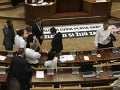 Fraška v parlamente rozhnevala opozíciu: Po incidente ohlásila nový útok na Fica!
