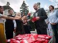 Opozícia bije na poplach, Fico uniesol štát: FOTO Tisíc červených kariet na Úrade vlády!