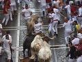 V Pamplone pokračoval šialený beh s býkmi: Dvaja muži utrpeli ťažké zranenia