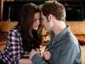 Kristen Stewart a Robert Pattinson ako zaľúbenci z Twilight ságy.