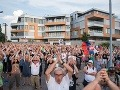 Účastníci protestu pred bytovým komplexom Bonaparte
