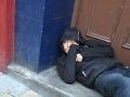 Študentka (20) po príchode domov zažila šok: Pred dverami ležal feťák, odídem, len keď...!