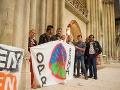 Migranti sa utáborili pred katedrálou: Cirkvi došla trpezlivosť, zakročiť museli policajti