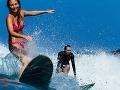 Sexi surferka sa ako prvá na svete plavila pri vybuchúcej sopke s lávou: VIDEO unikátneho momentu