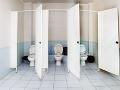 Bizarný výskum verejných toaliet zodpovedal kľúčovú otázku: Tieto dvere si nevyberajte!