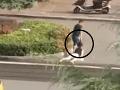 VIDEO odpornej agresivity: Bez štipky súcitu vláči ženu po ceste, ignorancia okoloidúcich