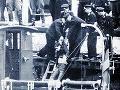 Telo Güntera Litfina vyťahujú z vody.