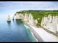 V Normandii sa zrútili vápencové skaly na pobreží: Pátra sa po možných zasypaných