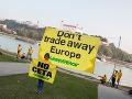 FOTO Protest v Bratislave: Drsný odkaz európskym lídrom, nepredávajte Európu!