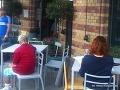 FOTO Srdcervúci príbeh starenky: Všetci zákazníci od nej odišli, pomohol až čašník