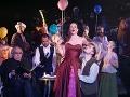 Zľava František Balún ako Benoit, Anetta Holá ako Musetta a Martin Potoma ako Seržant v novom naštudovaní opery Giacoma Pucciniho v Štátnom divadle Košice