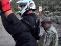 Motorkári chceli vstúpiť do tajnej Oblasti 51: VIDEO ukazuje, ako si stráže podali votrelcov