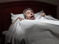 Hotelový hosť personálu ukázal, čo našiel pod posteľou: VIDEO Reakcia ho dorazila