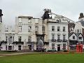Obrovský požiar spustošil najstarší hotel v Anglicku: Zostala z neho len fasáda