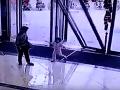 Desivé VIDEO z obchodného centra: Dievčatko s babkou prešli cez dvere a vtom...hrôza pozerať