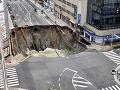 FOTO Križovatka v južnom Japonsku sa doslova prepadla: Evakuácia ľudí z budov