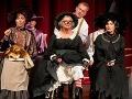 Vpredu zľava Henrieta Kecerová ako pani Plíživková, Adriana Krúpová ako čarodejnica Starenka Oggová a Beáta Drotárová ako čarodejnica Babka Zlopočasná, nad nimi Peter Čižmár ako deratizátor Unca