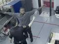 Vďaka triku ukradol z práce 150-tisíc: VIDEO Až kým detektor neodhalil jeho plytký zásun v zadku