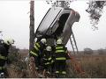 FOTO Vážnej nehody mamy (29) so synčekom (6): Opel ostal visieť zo stromu, žena bojuje o život
