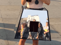 Sexi aktivistka so slovenskými koreňmi pritvrdila: VIDEO S vagína boxom putuje po Európe