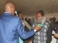 Obávaný africký liečiteľ strieka ľuďom do tváre nebezpečnú látku: Ani AIDS nemá šancu