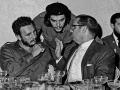 """Ernesto """"Che"""" Guevara (v strede), kubánsky líder Fidel Castro (vľavo) a vtedajší kubánsky prezident Osvaldo Dorticos"""