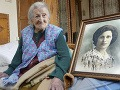 Talianka Emma Moranová pózuje pri svojom portréte z mladších čias vo svojom byte v meste Verbania 13. mája 2016. Emma Moranová, ktorá má 116 rokov, sa po úmrtí 116-ročnej američanky Susannah Mushatt Jonesovej stala nielen najstarším žijúcim človekom na planéte, ale aj jediným žijúcim človekom, ktorý sa narodil v 19. storočí.