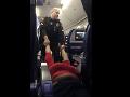 Hanba alebo vtip? VIDEO Násilného vyvlečenia, dospelú ženu ťahali policajti von z lietadla