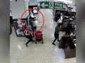 VIDEO Explózia v nákupnom centre: Výbuch cigarety priamo pri detskom kočíku