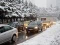 Varovanie vodičom: Počasie dnes nepraje, dopravu komplikuje hmla aj sneh