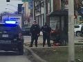 Dvaja policajti obdarovali bezdomovca veľkou vecou: Hrdinský čin zvečnený na FOTO