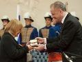 Herečka Zita Furková prijíma od prezidenta Slovenskej republiky Andreja Kisku štátne vyznamenanie - Pribinov kríž II. triedy