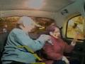 VIDEO Útok na taxík: Bezradný manžel, dôchodkyňa (77) dostala kameňom do hlavy