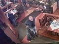 Krádež v žilinskom obchode a bratislavskom podniku: Polícia pátra po páchateľoch na FOTO