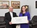 Košický arcibiskup Bernard Bober pri predávaní šeku zakľadateľke OZ Šanca pre nechcených Anne Ghannamovej