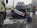 Vážna nehoda pri obci Kútniky: Zrazila sa sanitka s kamiónom, štyria zranení