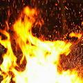 V noci podpálili auto a ukradli nakladač za 100 tisíc eur