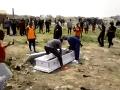 Posledná rozlúčka s mŕtvym sa zmenila na čistý horor: VIDEO hyenizmu od pohrebákov