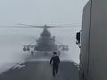 VIDEO, aké ste ešte nevideli: Pilot vrtuľníka pristál na diaľnici a pýtal sa na cestu