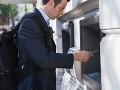 Cudzinec našiel v bankomate peknú sumu: Chcel ju pre seba, naháňačka v Bratislave